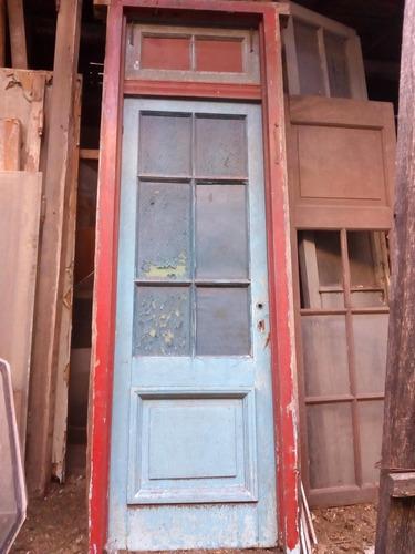 puerta antigua griega de demolicion con marco y banderola