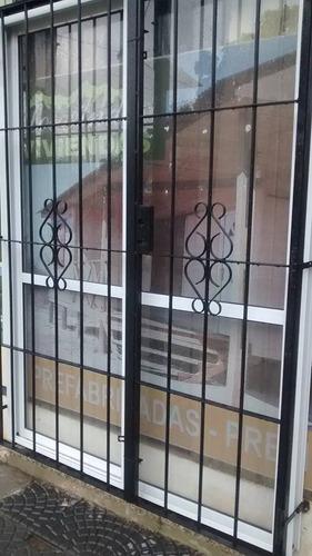 puerta balcón aluminio bl. 150x200 v4mm + reja + mosquitero