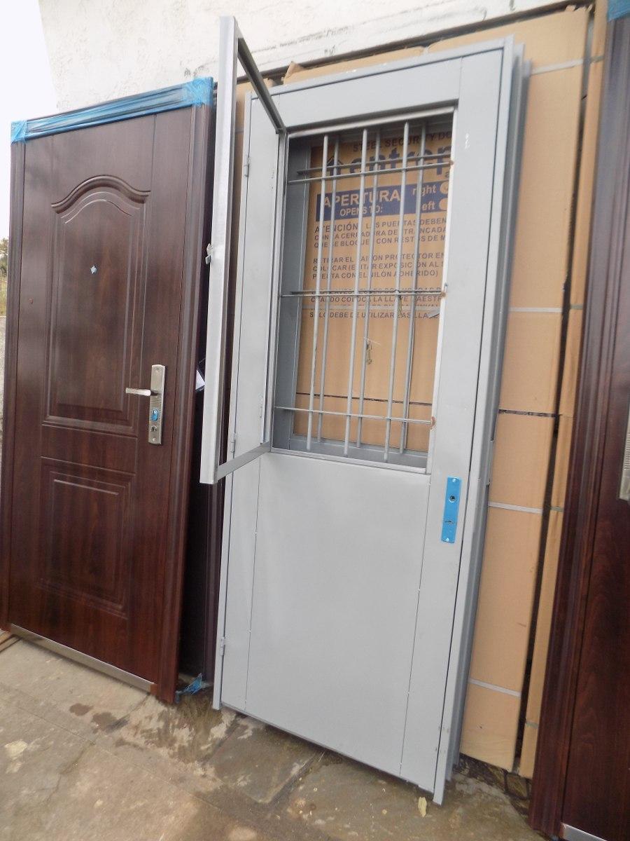 Puerta de chapa doble con postigo de exterior for Puertas de chapa para exterior