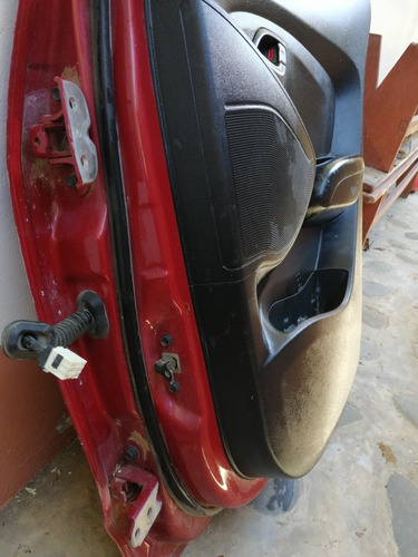 puerta con un choque ligero en la parte de abajo