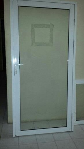 Puerta de aluminio con cerradura y ventana para negocio for Cerraduras para puertas de aluminio