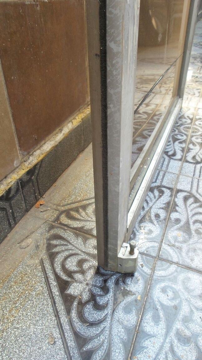 Puerta de aluminio con cristal templado 2 en for Cuanto sale una puerta