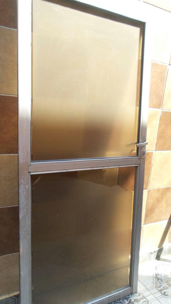 Puerta de aluminio con cristal templado 2 en - Cristal para puerta ...