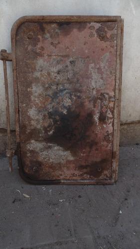 puerta de fundicion 72 x 48 cm. no esta picada