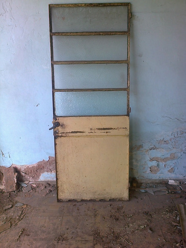 puerta de hierro antigua