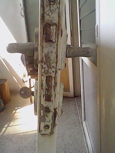 puerta de hierro con marco y cilindro