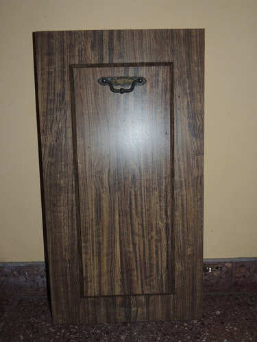 puerta de madera fórmica con herrajes