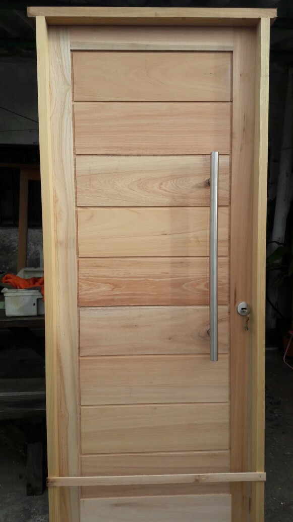 Puerta exterior de madera aberturas la casona for Disenos puertas de madera exterior
