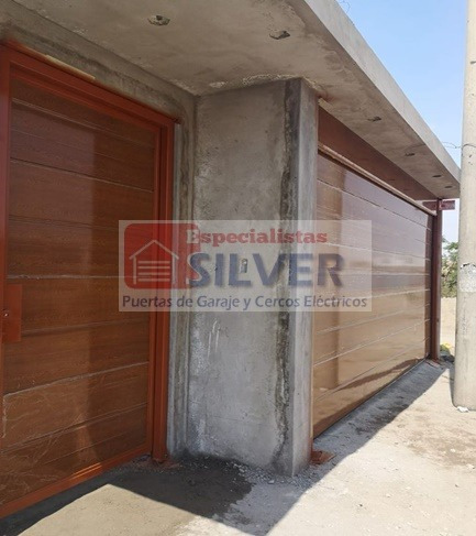 puerta seccional y peatonal en material importado liso
