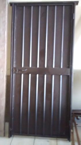 puertas de acero con marco y broche