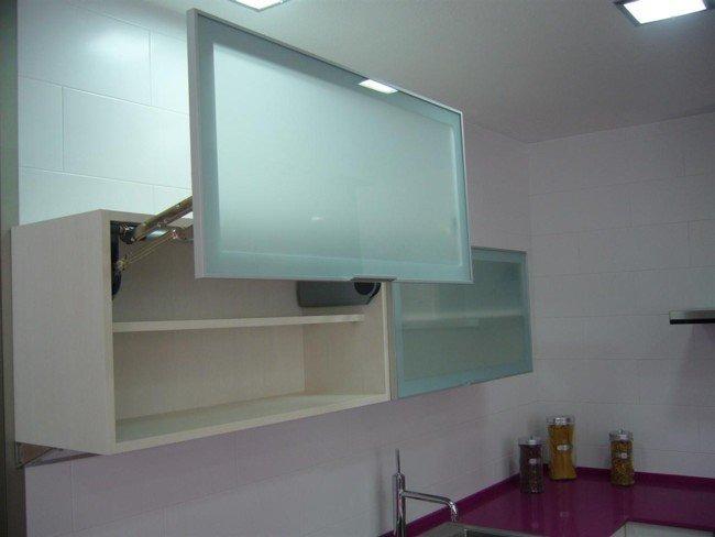 Puertas de aluminio y de cristal para cocina en for Muebles de cocina con puertas de cristal