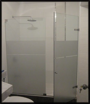 puertas de ducha con accesorios en acero y aluminio
