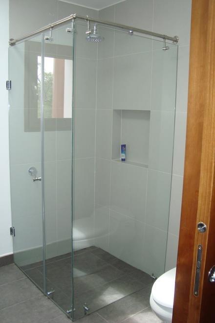Puertas de ducha en vidrio temaplado accesorios de acero for Cuanto sale una puerta