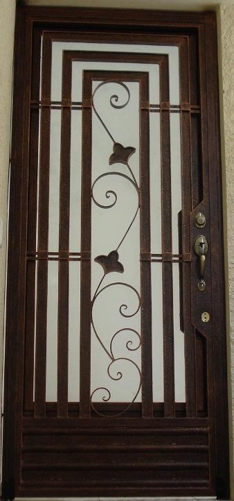 Puertas de herrer a en diferentes dise os y colores for Puertas de madera con herreria