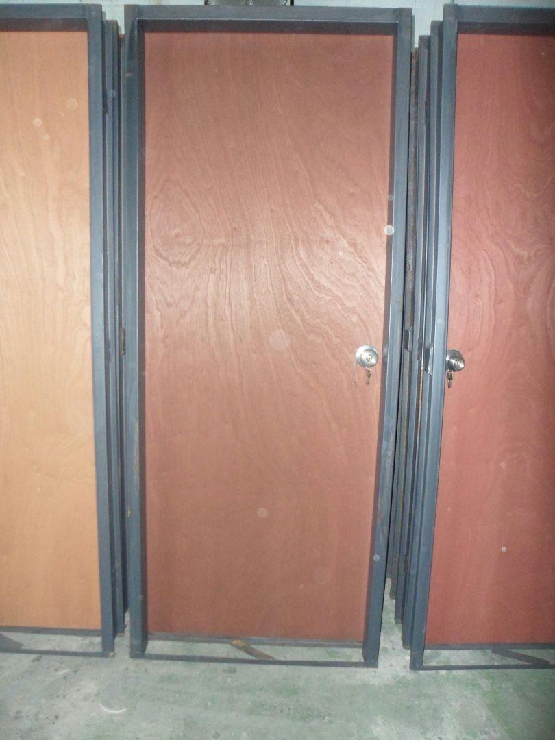 Puertas de madera entamborada con marco de hierro bs 2 for Remate de puertas de madera