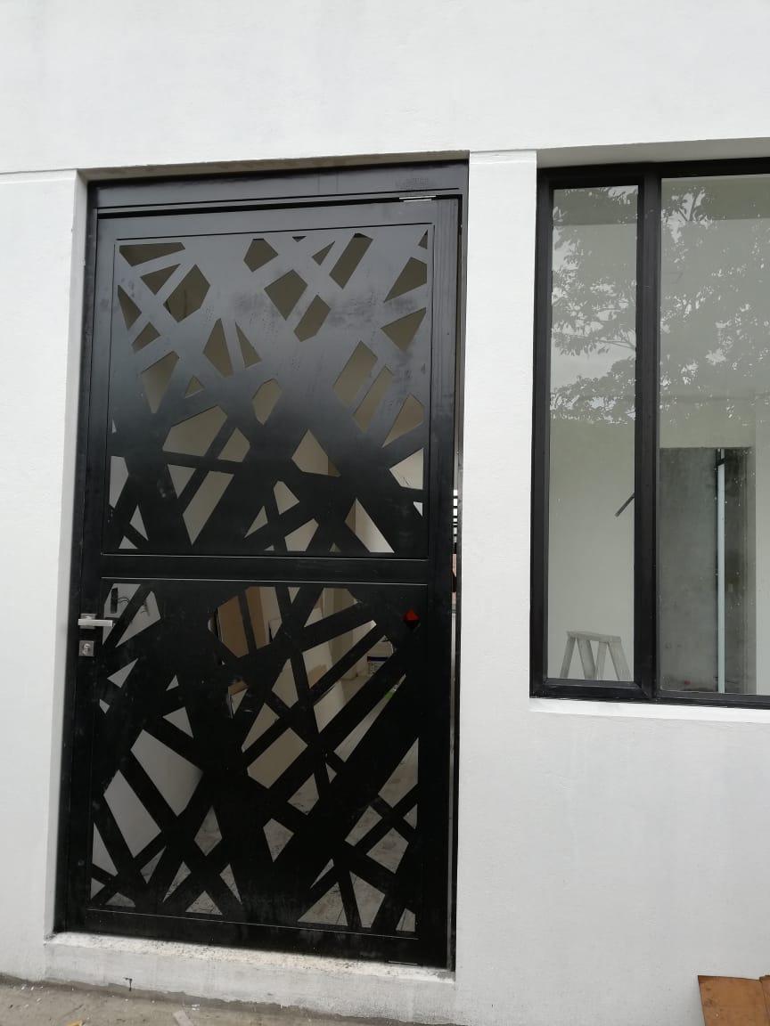 Puertas Metálicas Con Paneles Decorativos