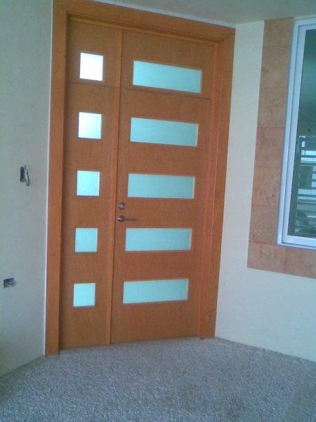 Puertas minimalistas echas a base de madera 100 natural for Puertas de acceso principal