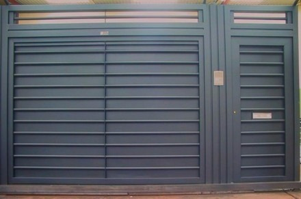 Puertas portones garage en madera y hierro for Modelos de portones de hierro y madera