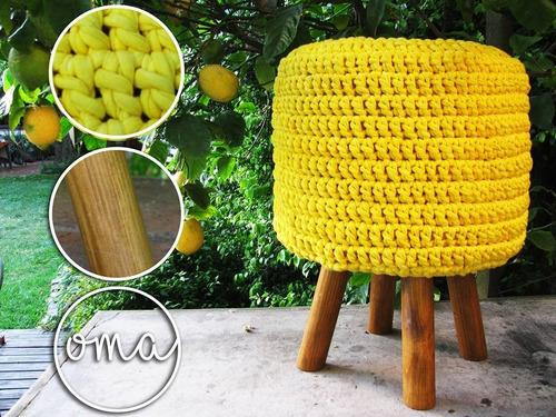 puff con patas de madera y funda de totora tejida a crochet