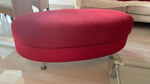puff ovalado rojo de tela para 2 personas con patas de acero
