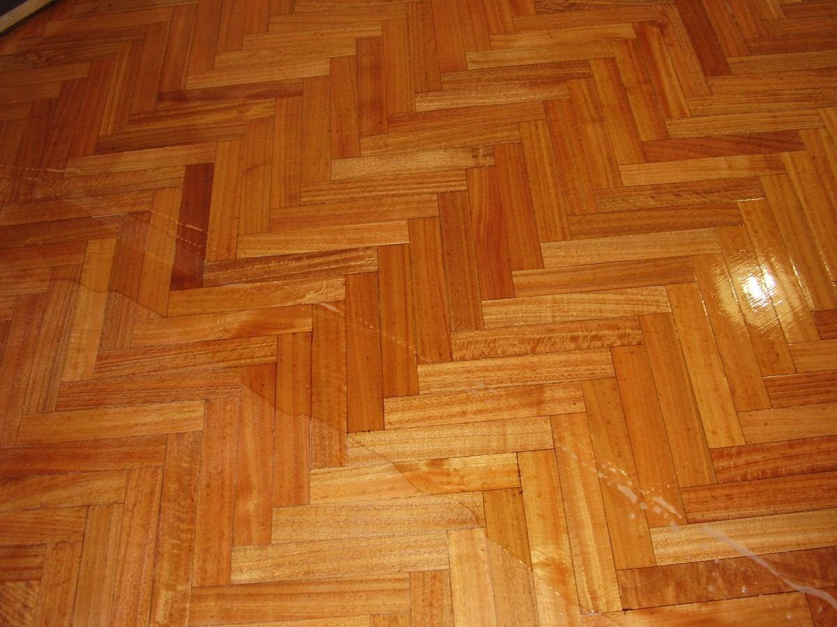 Pulido plastificado y hidrolaqueado de pisos de madera for Pisos de bar madera
