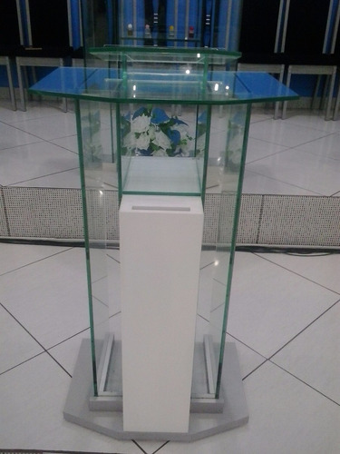 púlpito de vidro com e pés em mdf