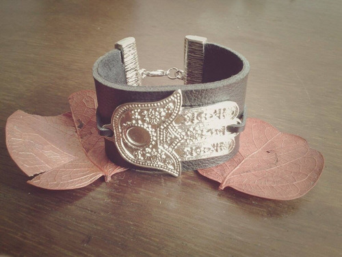 pulseira de couro com hamsá (mão de fátima)