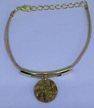pulseira em cordão de buriti com pingente em capim dourado