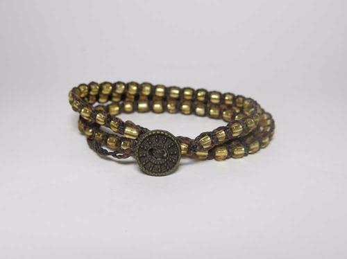 pulseira em macrame marrom e dourada 3 voltas