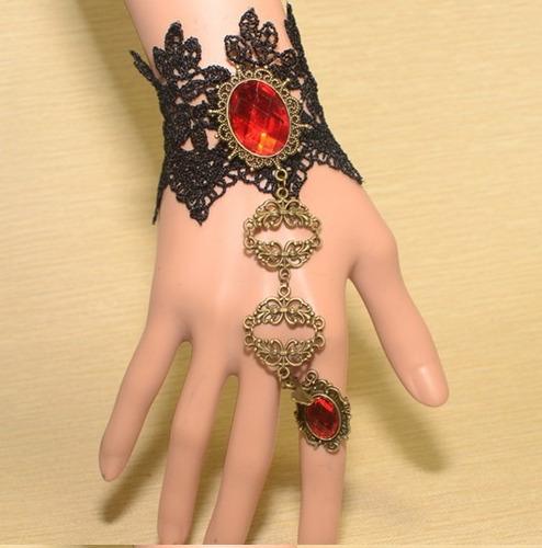 pulseira em renda estilo gótico com detalhes cobreados