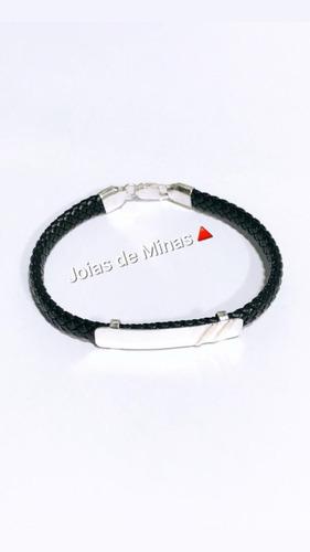 pulseira masculina couro preto e placa prata detalhe ouro