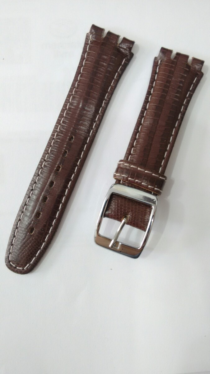 915b3837301 Pulseira Swatch Couro Racer 19mm Marrom Costura Branca - R  38