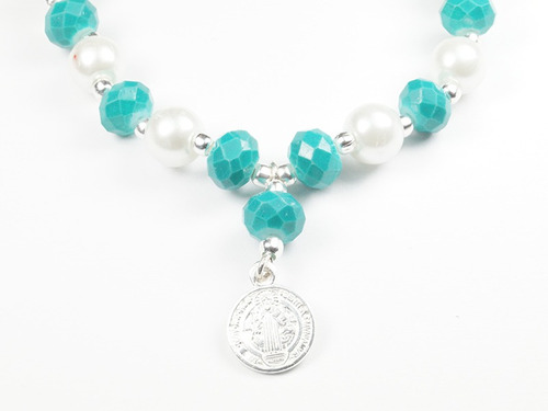 pulsera de cristales verdes y perlas con dije de san benito