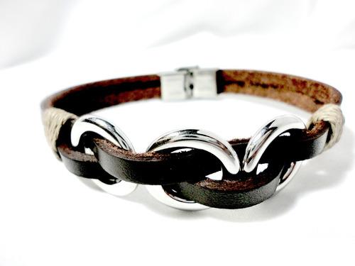 pulsera de cuero natural con aros de acero inox.