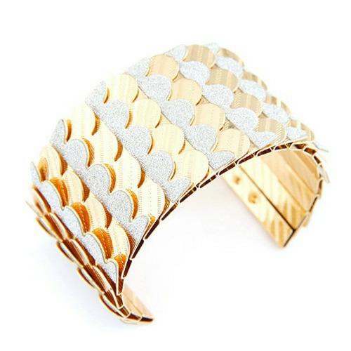 pulsera de metal con diseño de escamas color dorado