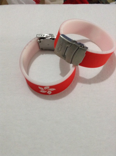 pulsera de plastico, marca exo con broche de metal ajustable