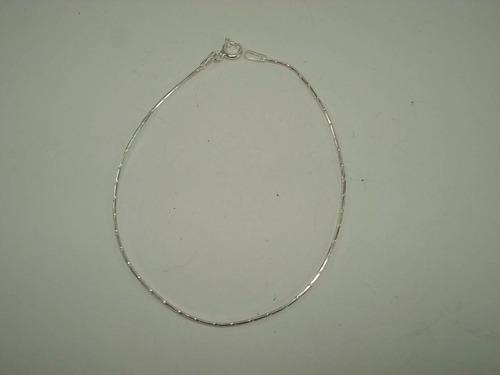 pulsera de plata, delgada, tubular.