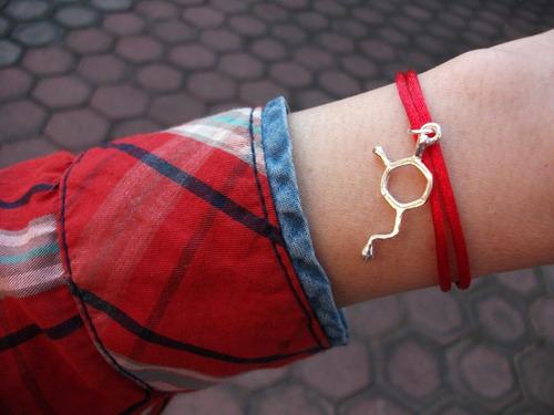 pulsera hilo rojo gruesa resistente con dije de amor pasión dopamina molécula plata ley 925 solida + envío incluido
