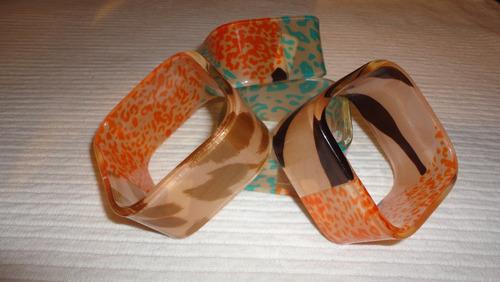 pulseras acrílicas de diferentes diseños importadas