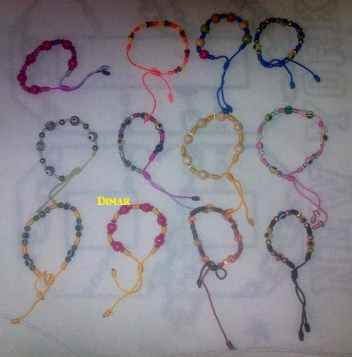 pulseras artesanales en colores y estilos diferentes