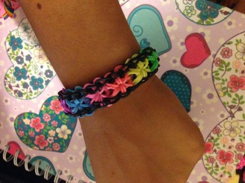 pulseras hechas  en ligas de colores varios modelos