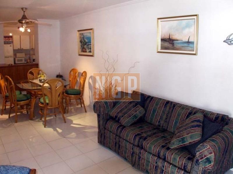 punta del este piso alto con vista al mar! , cómodo y muy luminoso . modenos muebles!  y todos los servicios-ref:5560