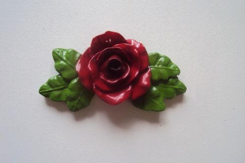 puxador rosa vermelha com folhas, decoração.
