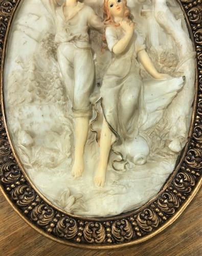 quadro oval relevo de resina casal 24cm