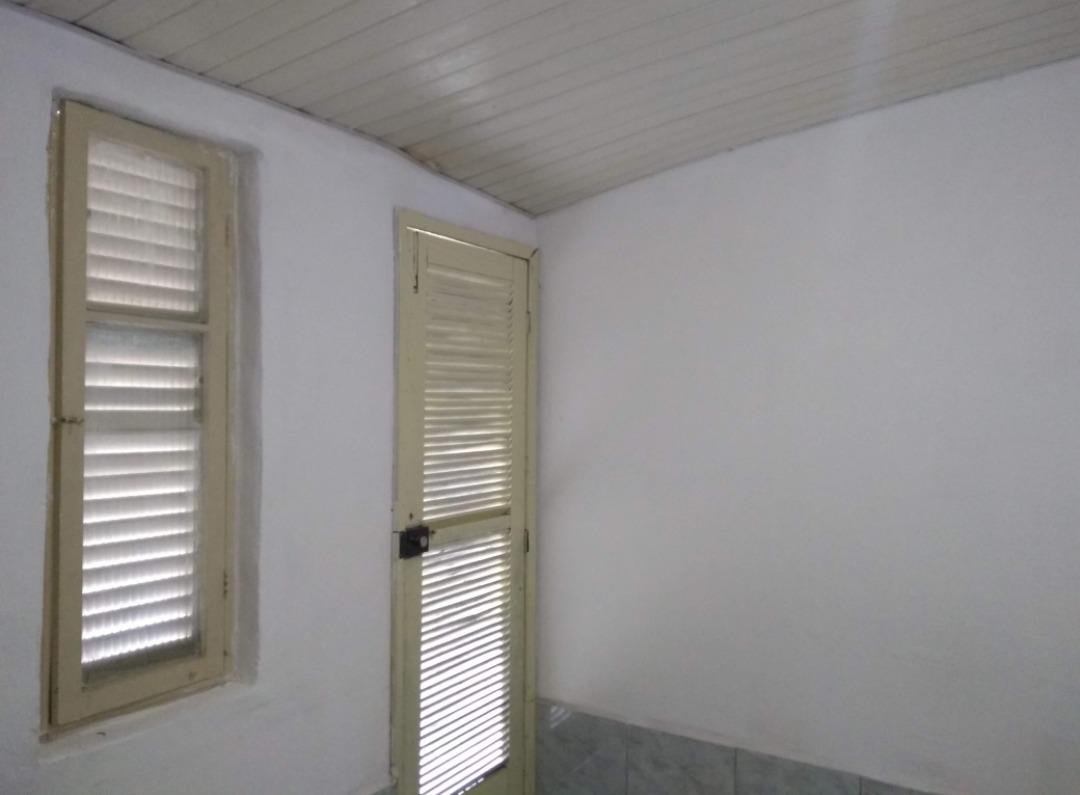 quarto com banheiro e cozinha
