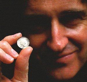 queen: raridade: moeda brian may sixpence oficial 2016