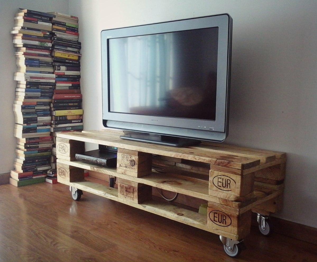 Rack en madera de pallets espectacular en for Muebles para tv con tarimas