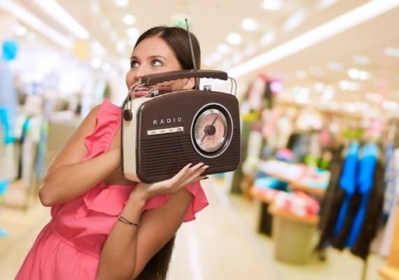 Resultado de imagem para ouvindo rádio