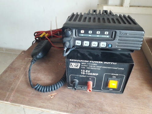 radio transmisor icom con su fuente