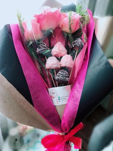 ramo de rosas con fresas o caja de fresas con chocolate